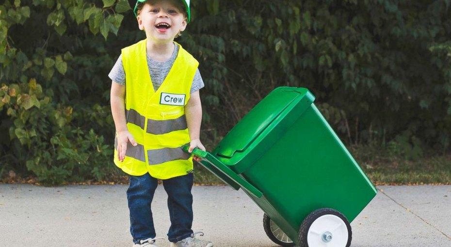 Трехлетний мальчик мечтает стать уборщиком мусора - иуже даже начал обучение