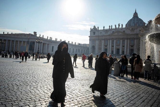 «Ватикан — это мир мужчин»: монахини начали флешмоб против насилия священников