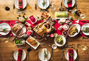 Сколько живут салаты и нарезка? Как долго можно доедать праздничные блюда?