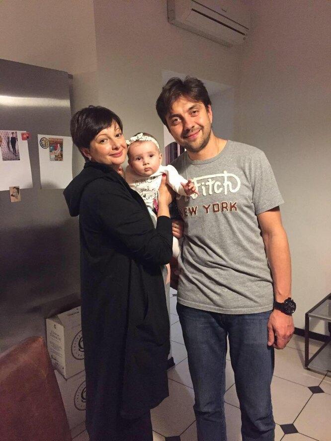Виктория Талышинская с мужем и дочерью