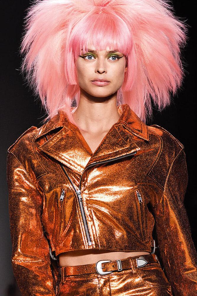 Яркие волосы и прически в стиле панк на показе Jeremy Scott.