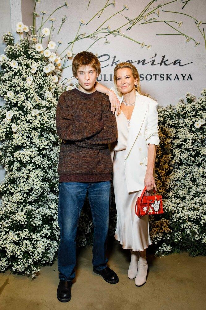 Юлия Высоцкая с сыном, Петром Кончаловским