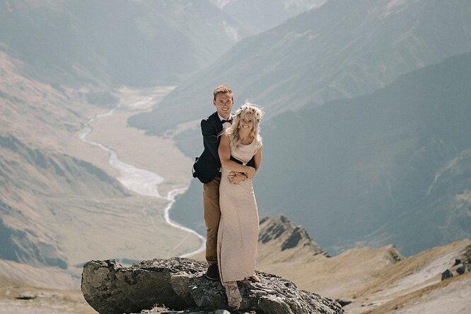 Эта пара свою свадьбу незабудет никогда. Фотограф увез молодоженов наледник