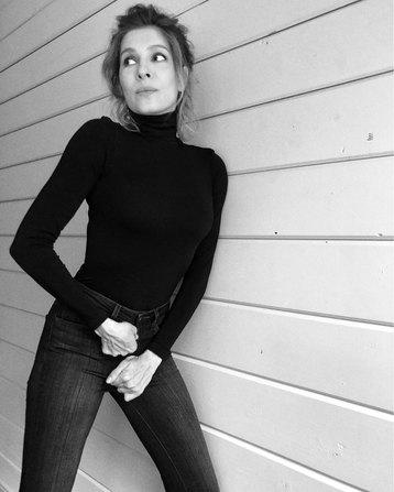 Елена Подкаминская пытается застегнуть джинсы