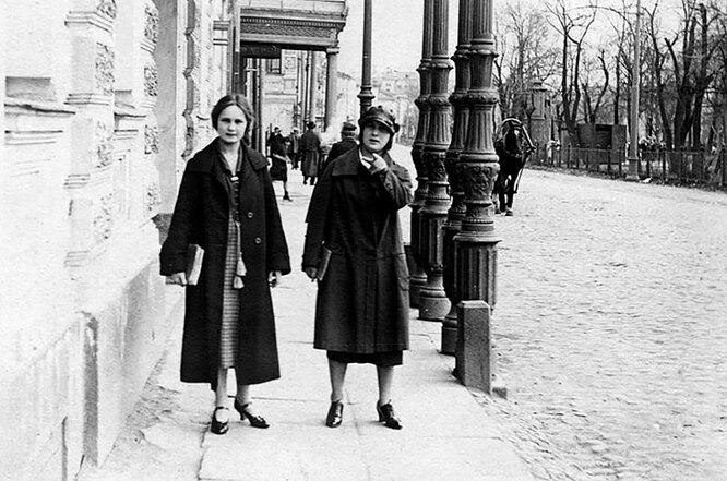 девушки на улице во времена СССР