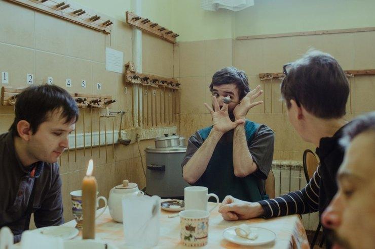 Нервничая, Саша особенно часто манипулирует ложкой. Во время перерыва начай сотрудники учат подопечных быть внимательными кдругим, но Саша, часто вскакивая, хватает еду со стола. Каждый раз его призывают кпорядку, но дается Саше это непросто Фото: Денис Синяков дляТД