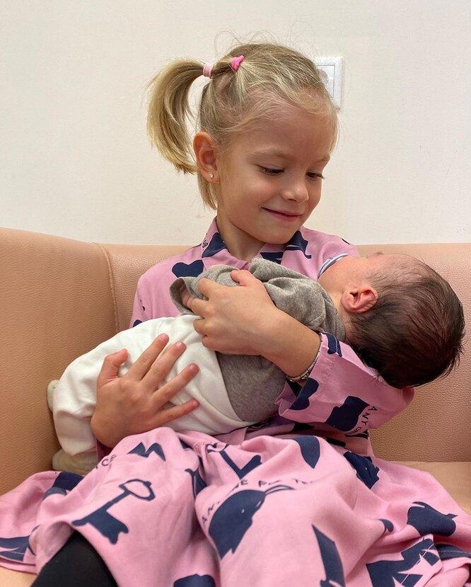 Алиса Юнусова с новорожденным братом