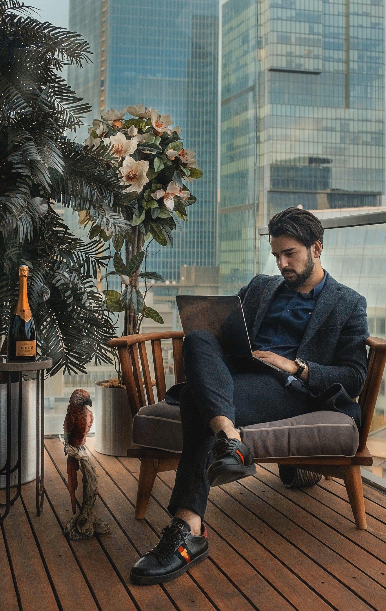 роскошная жизнь, бизнесмен, попугай, небоскреб