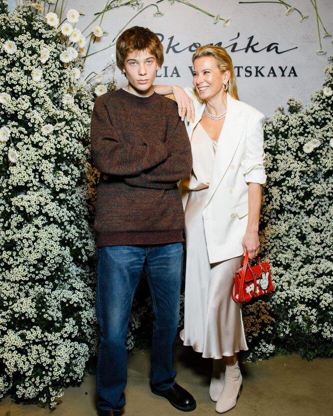 Юлия Высоцкая с сыном Петром Кончаловским фото