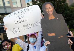 Жаль, мама не увидит: впервые в истории США женщина станет вице-президентом