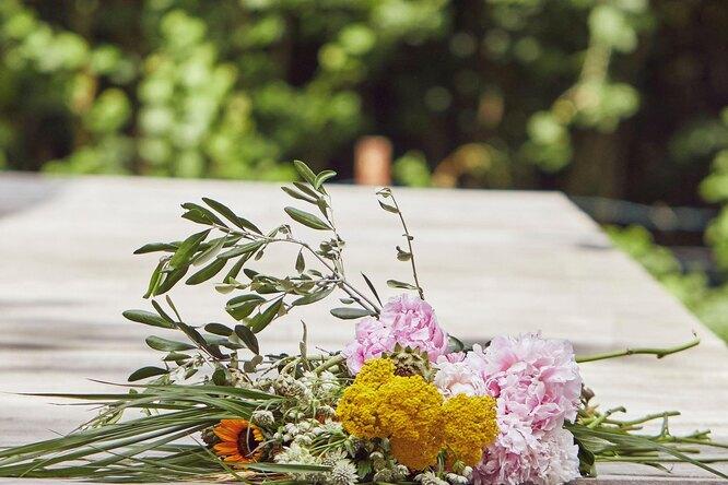 Каждое утро девушка находила накрыльце цветы. Она удивилась, узнав поклонника