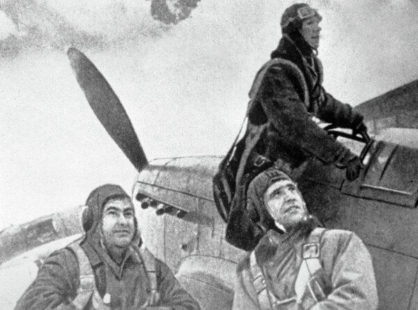 Летчики готовятся к боевому вылету. Крайний слева — Герой Советского Союза летчик Алексей Маресьев.