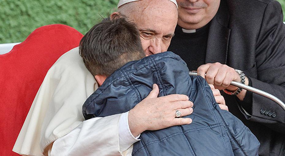 Мальчик переживал, что душа его отца-атеиста непопала врай. Ивот что ответил ему Папа Римский