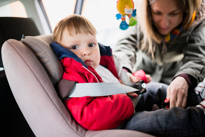 Почему нельзя сажать ребенка вдетское кресло вверхней одежде