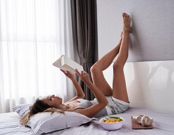 девушка накровати читает книгу, утро, завтрак