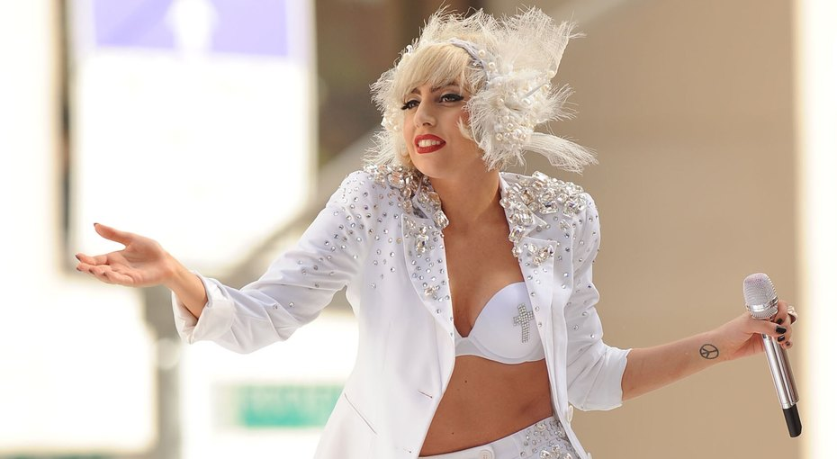 Радио-Гага: как изачем русские заполонили инстаграм Леди Гаги