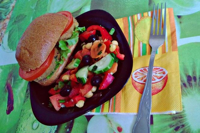 Постный бургер с теплым салатом из овощей