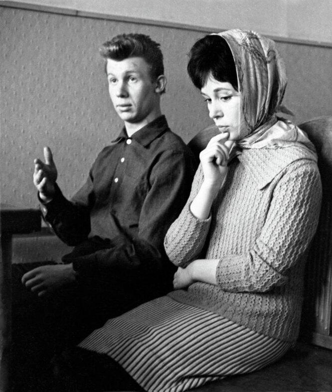 Московский городской суд. Слушается дело о расторжении брака. Супружеская пара Раиса и Юрий отвечают на вопросы судьи.