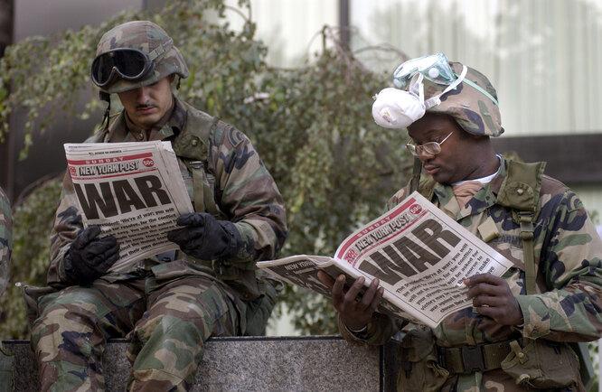 Военные читают газеты через три дня после 11 сентября 2001 года