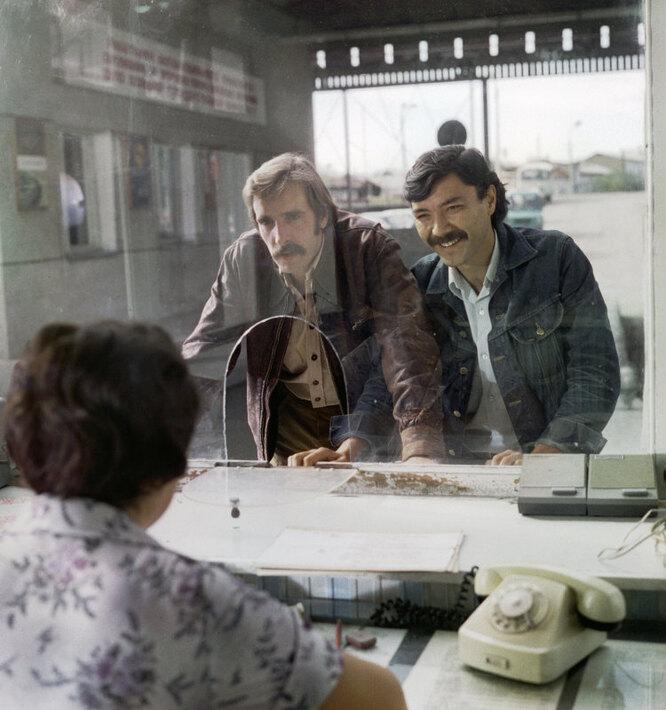 Лембит Ульфсак (слева) в роли Назара и Рустам Сагдуллаев (справа) в роли Ташкента на съемках фильма «Какие наши годы»