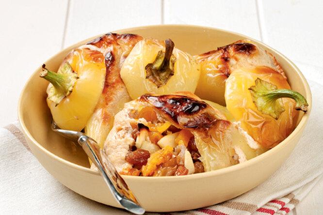 Перцы с сухофруктами и яблоками
