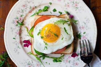 Этот секрет знают только хозяйки: как действительно вкусно приготовить яичницу