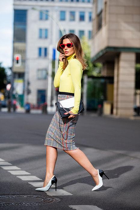 девушка в желтой водолазке и клетчатой юбке