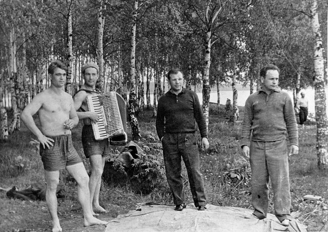 Юрий Гагарин (третий слева) на пикнике 19 августа 1963 года