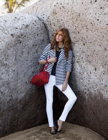 Белые джинсы, полосатый жакет и красная сумка