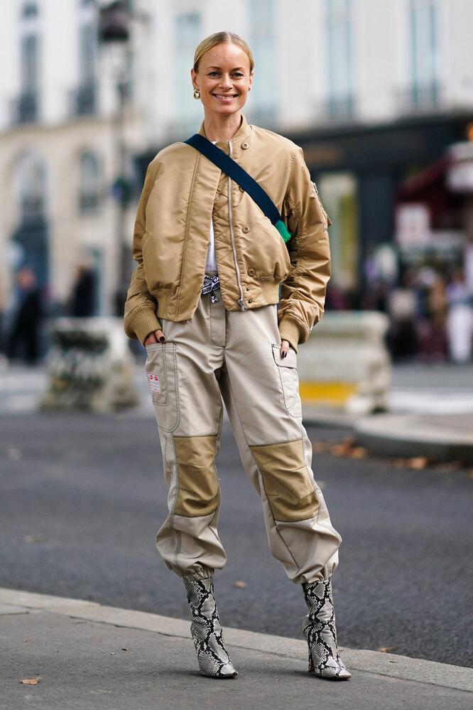 Девушка в брюках карго