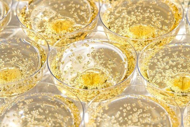 Как выбрать шампанское кновогоднему столу: советы экспертов Роскачества