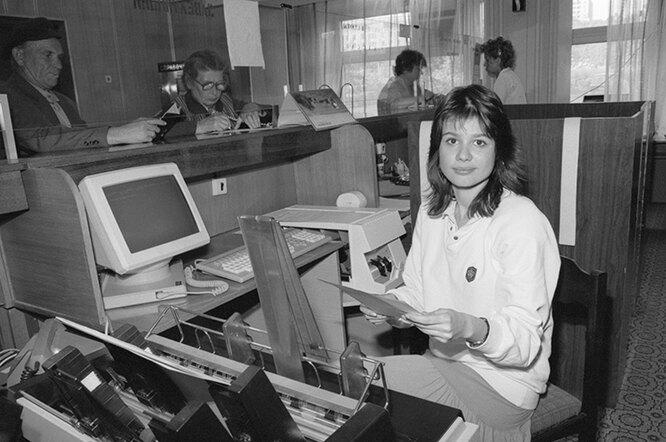 Сотрудница Сберегательного банка СССР