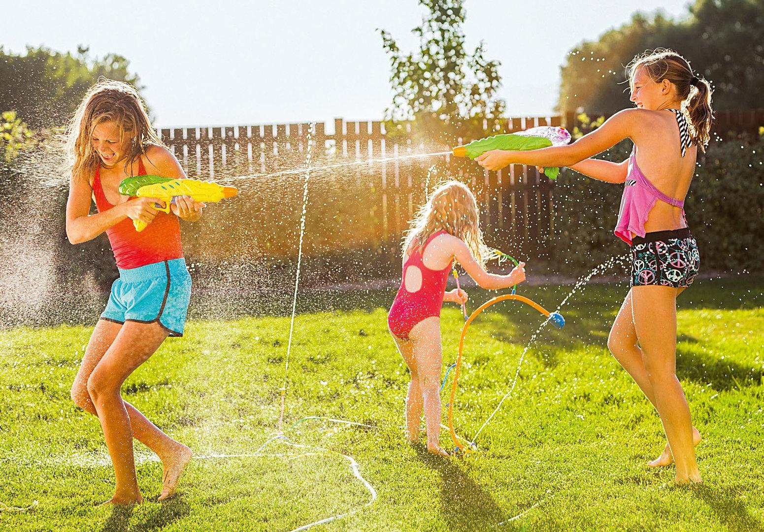 Дети играют сводяными пистолетами