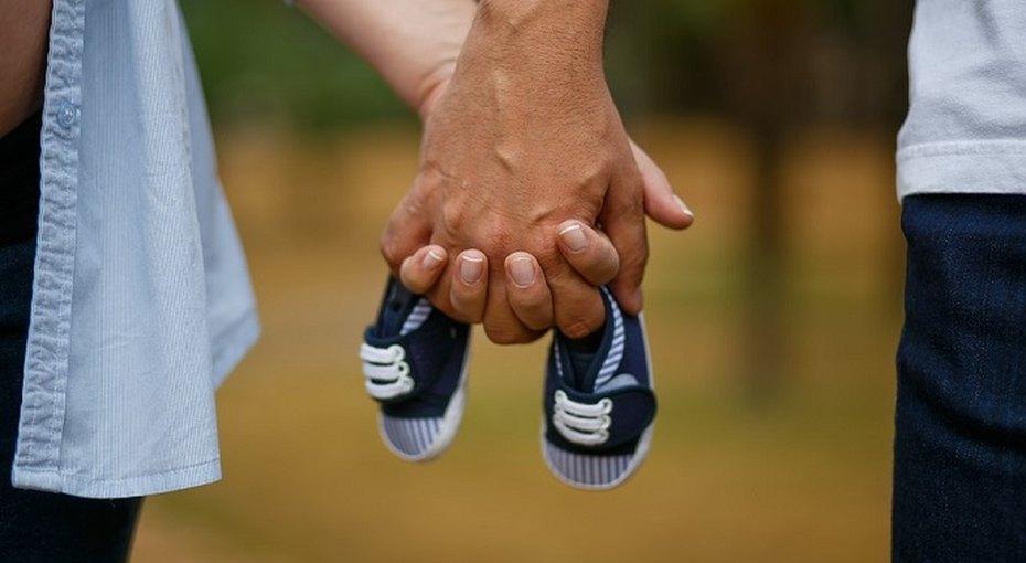 Если во время родов держать мужа заруку, боль будет слабее