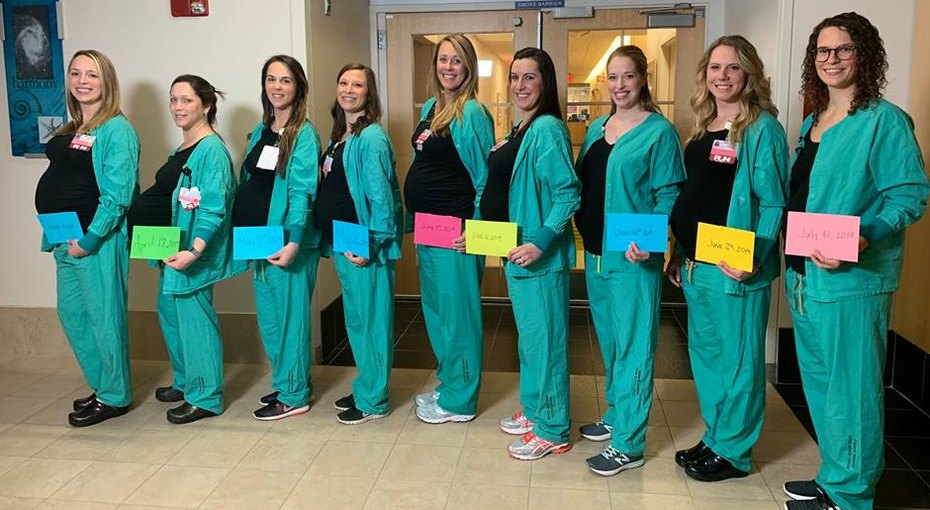 Девять медсестер, забеременевших одновременно, показали новорожденных
