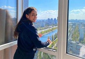 «Какие аппетитные ножки»: звезда «Гранда» Мила Сивацкая показала, в чем работает дома