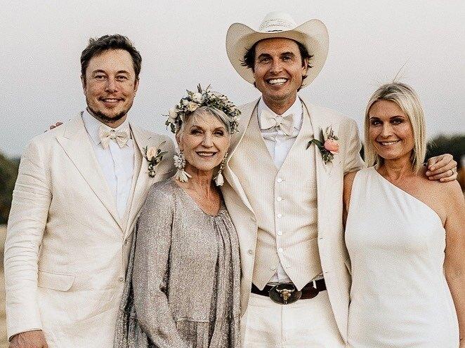 Илон Маск с матерью Мэй, братом Кимбалом и сестрой Тоской