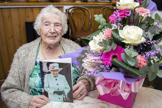 «Я видала эпидемии ипохуже»: 105-летняя британка вразгар коронавируса устроила вечеринку вбаре