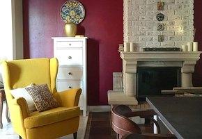 Интерьер загородного дома с яркими комнатами и библиотекой в мансарде