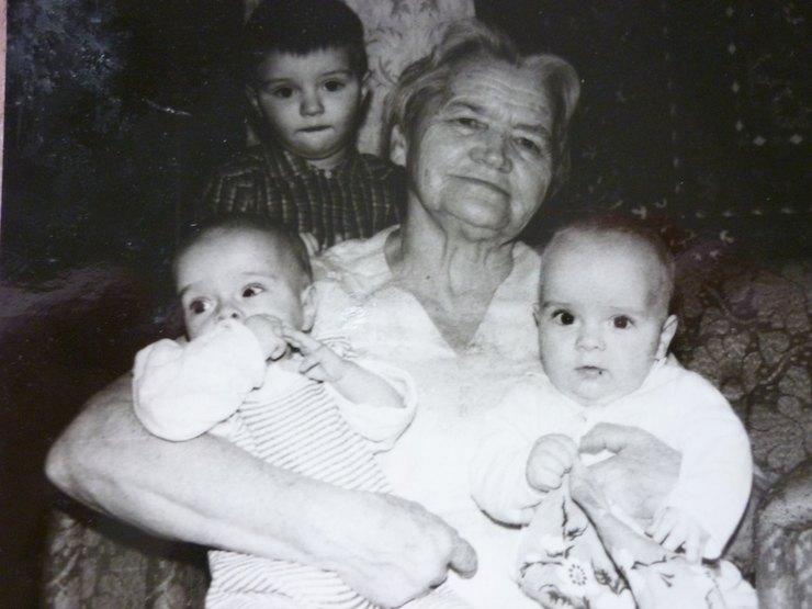 Бабушка Натальи Белоголовцевой, Оленченко Варвара, свнуками