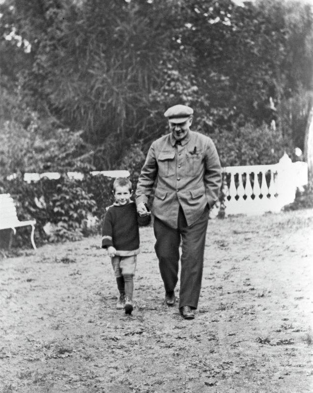В.И.Ленин с племянником Виктором на отдыхе в Горках