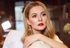 «Загар и улыбка решают больше»: Мария Кожевникова выложила честное фото без макияжа