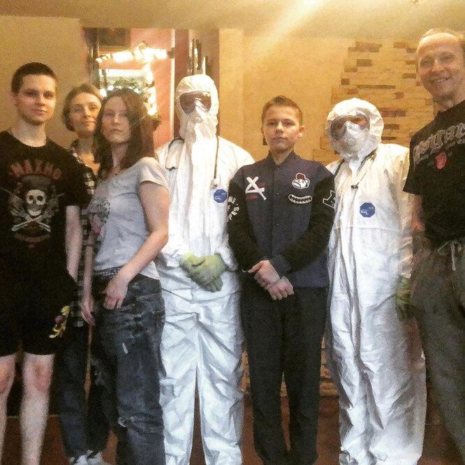 Иван Охлобыстин с семьей и медцинскими работниками