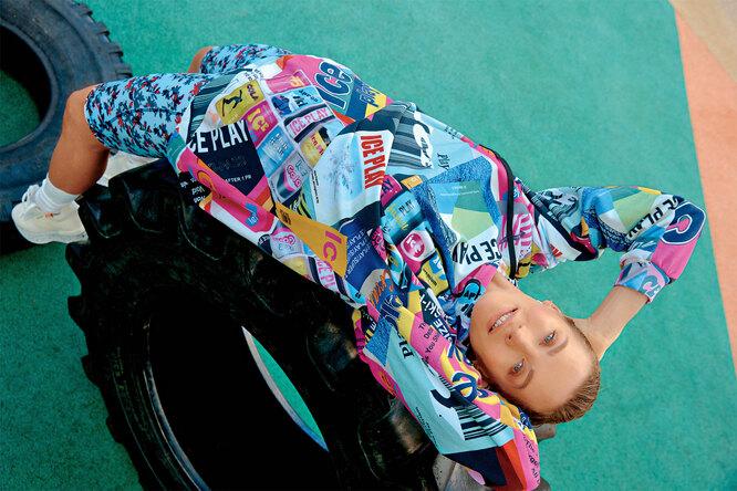 На Наталье: Худи, Ice Play; велосипедки, adidas by Stella McCartney; носки, UNIQLO; кроссовки, Barracuda, NO ONE; серьги, SOKOLOV