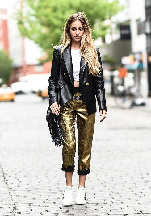 модель в брюках, топе и куртке