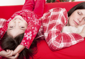 5 советов эксперта: как уложить разгулявшихся детей спать в новогоднюю ночь