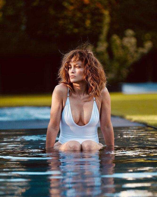 Дженнифер Лопес в купальнике с откровенным декольте