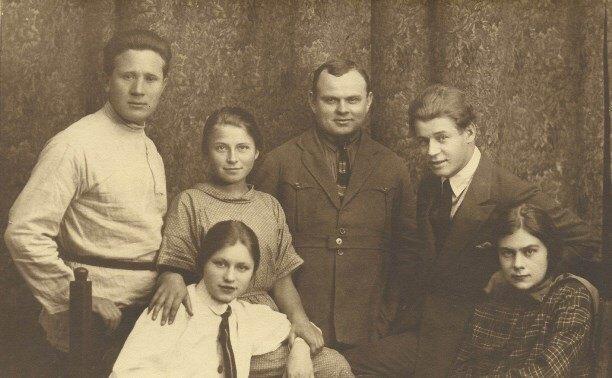 Справа Сергей Есенин и Софья Толстая-Есенина. 1925 г.