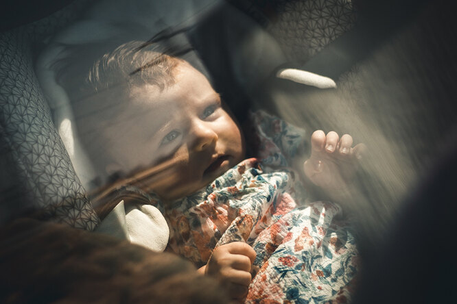 Ребенок в машине летом