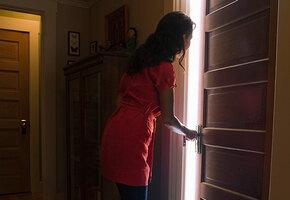 Женщина обнаружила в гостиничном номере непрошеного гостя — и решила ему помочь